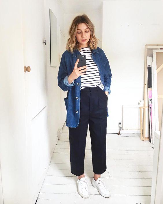 Кофта в полоску, темно-синие брюки, джинсовая рубашка свободного кроя и белые кроссовки на каждый день