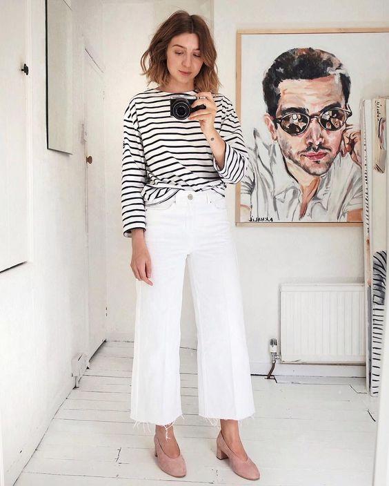 Кофта в полоску, белые расклешенные джинсы, румяные туфли на каблуке - изысканный и стильный образ