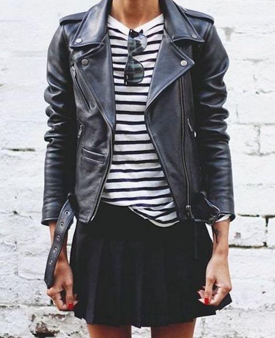 полосатый черно-белый джемпер, черная кожаная куртка, черная плиссированная мини - стильный и крутой образ