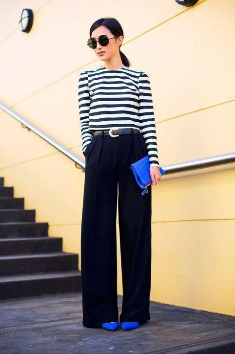 стильный рабочий образ с полосатой кофтой с длинным рукавом, черными брюками-палаццо, электрическими синими туфлями и клатчем