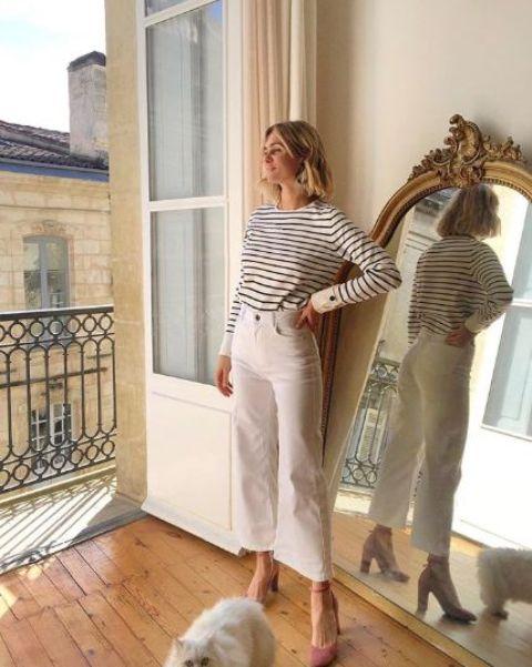 Элегантный образ с кофтой в полоску, белыми джинсами и розовато-лиловыми каблуками - прекрасная идея для весеннего дня
