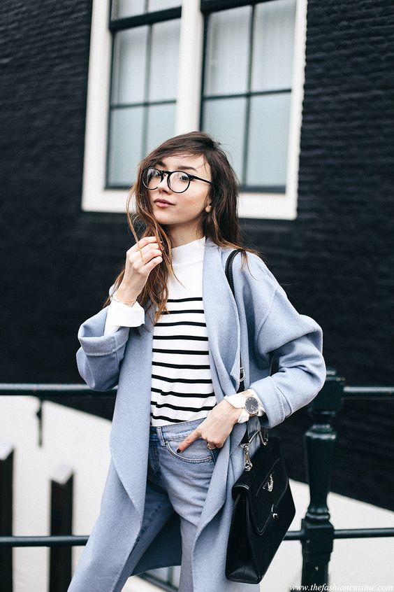 Голубые джинсы, голубое пальто, кофта в полоску и черная сумка - отличный вариант для повседневного образа