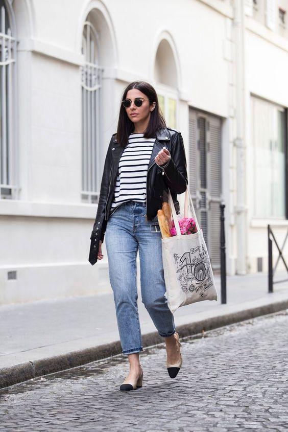 синие джинсы прямого кроя, тельняшка, черная кожаная куртка, двухцветные туфли и сумка на весну