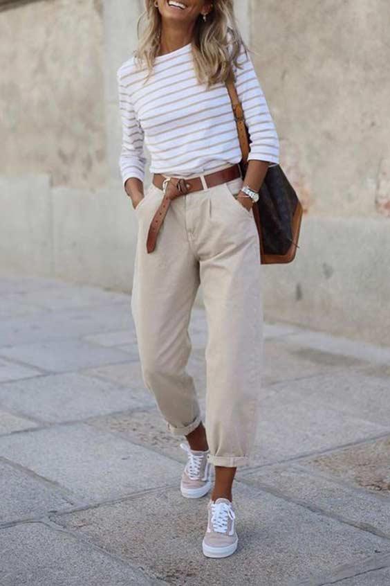 образ с бежевыми брюками и джемпером в полоску