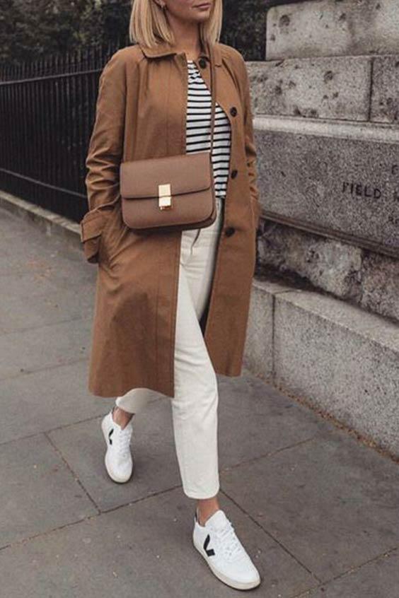 комплект с коричневым пальто, полосатым джемпером, светлыми джинсами, кедами