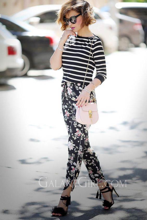 полосатый лонгслив с цветочными брюками, босоножками